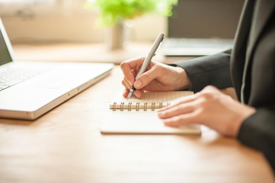 Notizen mit der Hand schreiben notizbuch-oder-schreibblock