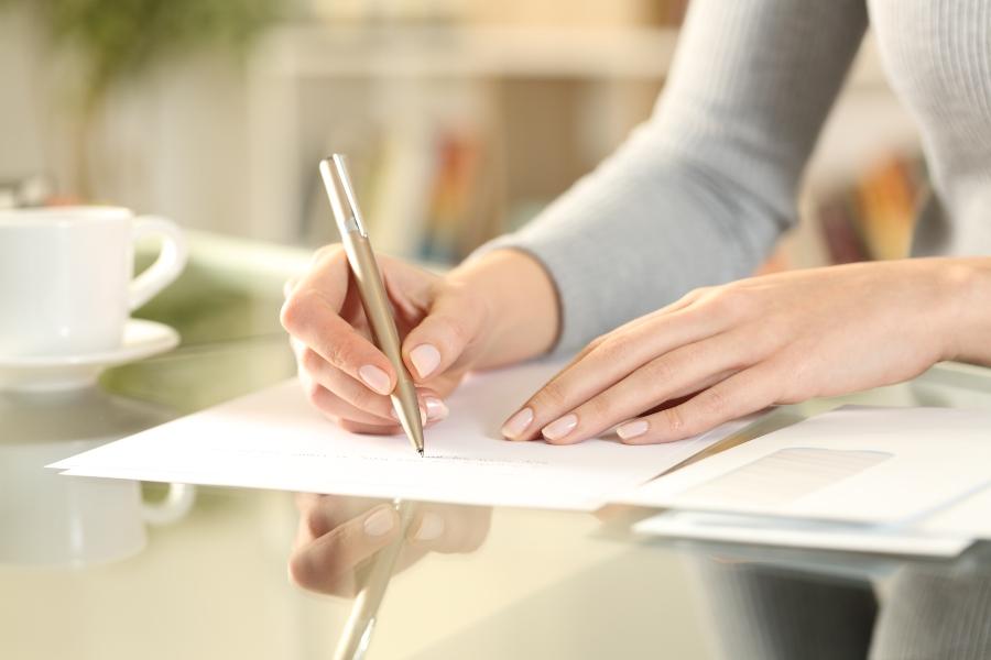 brief-schreiben-schreibtisch-handgeschriebene-briefe-schreiben