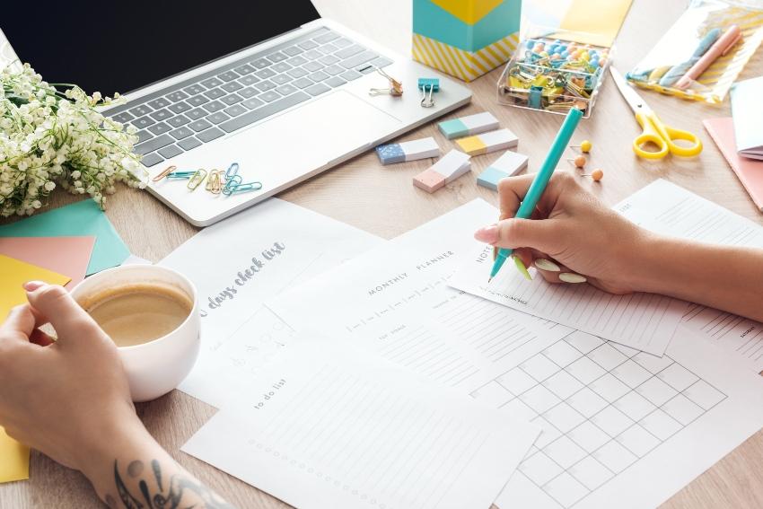 Arbeitsplatz mit Laptop und Schreibmaterialien