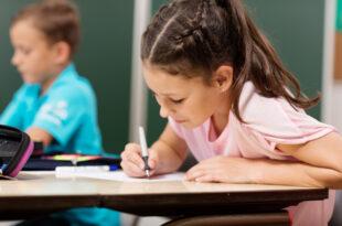 Mädchen in der Schule - Füller für Anfänger