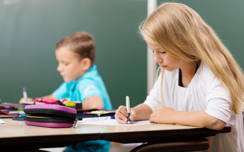 Mädchen schreibt in der Schule