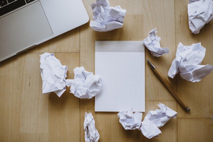 Zerknülltes Papier auf einem Tisch