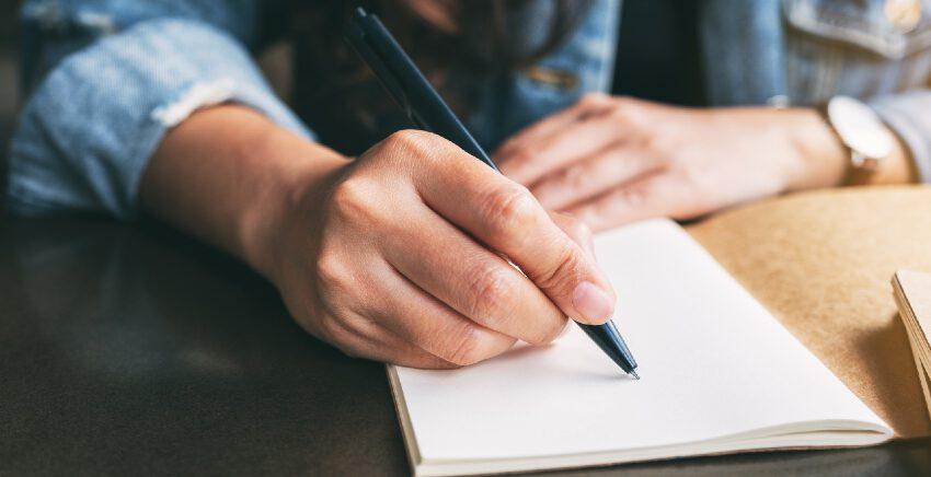 Frau beim Schreiben - welcher Schreibtyp sind Sie?