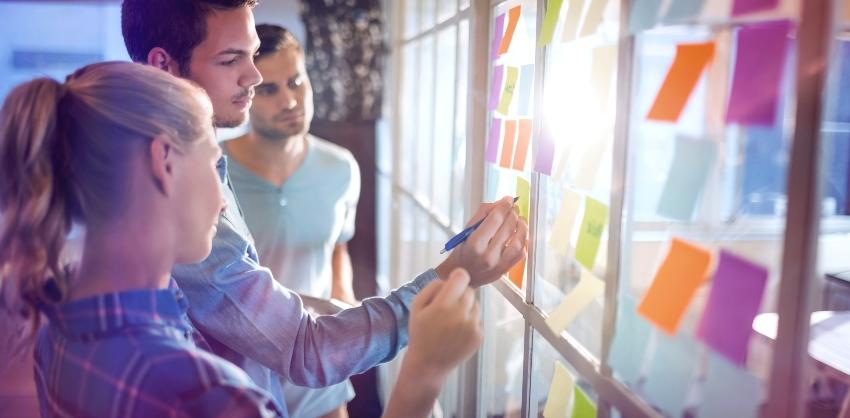 Menschen und farbige Notizzettel - Zettelwirtschaft organisieren
