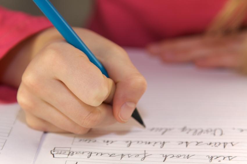 Kind beim schreiben üben
