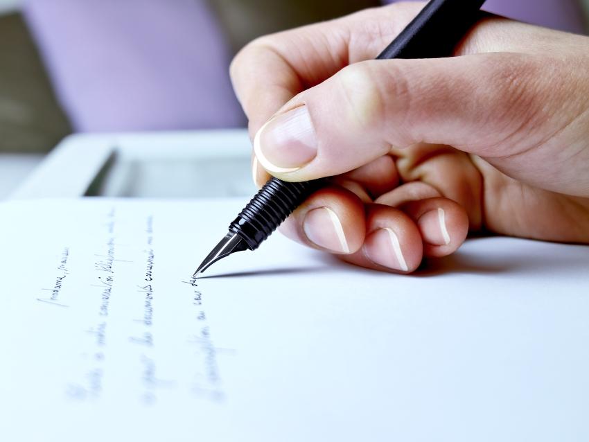 Person schreibt mit einem Füller