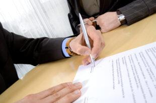 Linkshänder unterschreibt Vertrag