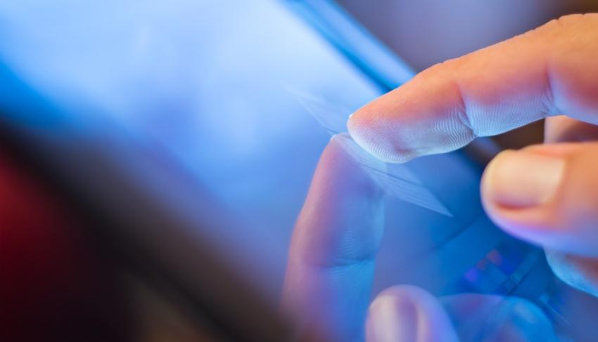 Finger auf Display eines Tablets - Stifte für Tablet, Smartphone und Co.
