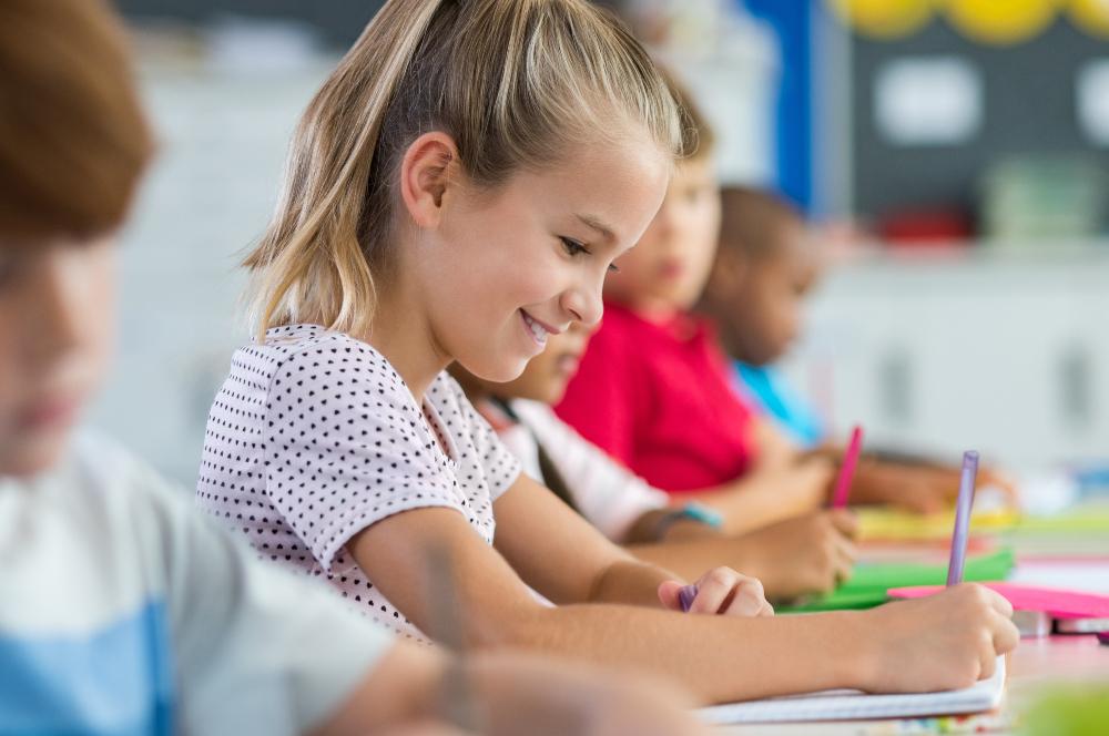 Mädchen schreibt in der Schule - Schönschrift üben