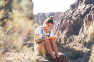 Junge Frau beim Gedichte schreiben