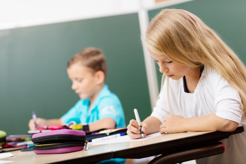 Schülerin schreibt mit Füllfederhalter