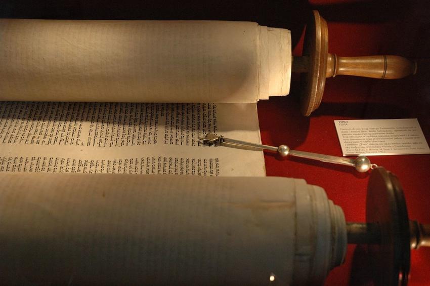 Schriftrolle aus Pergament: die Tora